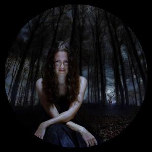 femme assise dans l'obscurité d'une forêt